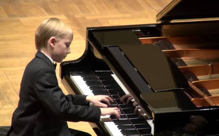 Симонас Микниус – юный пианист из Латвии