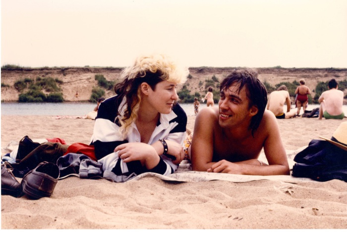 Джоанна Стингрей и Сергей Курехин. Пляж на Москва-реке. Начало 1980-х.