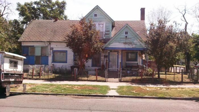Старый дом, который спасли волонтёры.