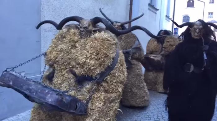 Устрашающий обходный рождественский обряд в Австрии