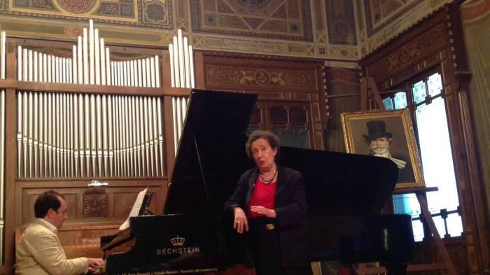 Поёт Лина Васта.