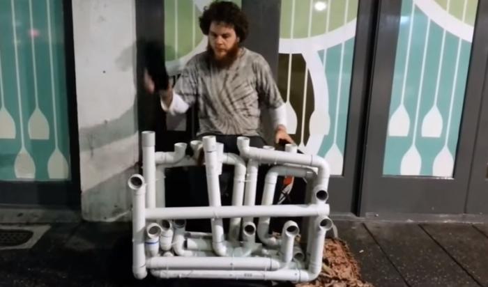 Парень мастерски играет на водопроводных трубах