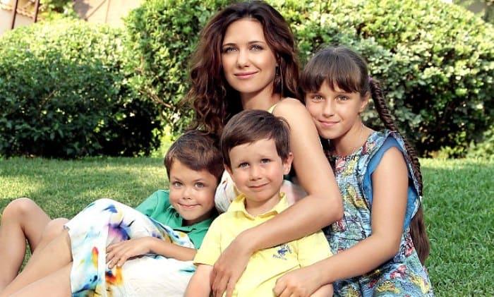 Актриса с детьми | Фото: ru.hellomagazine.com