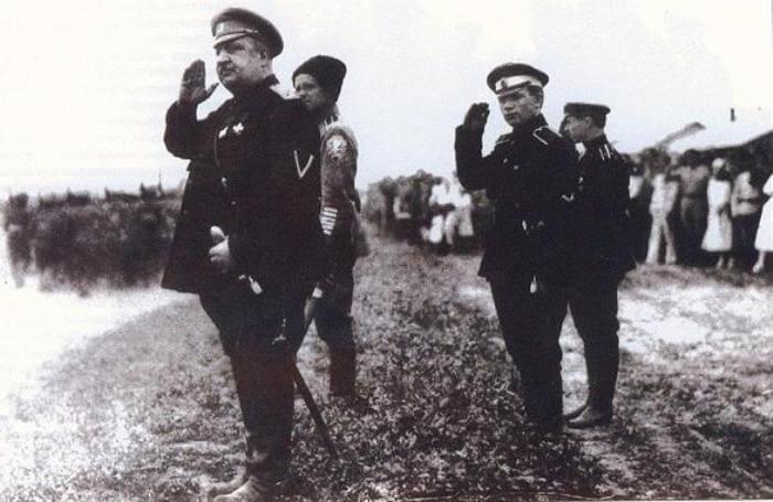 Генерал В. Май-Маевский, за ним (второй справа) – капитан П. Макаров | Фото: rslovar.com