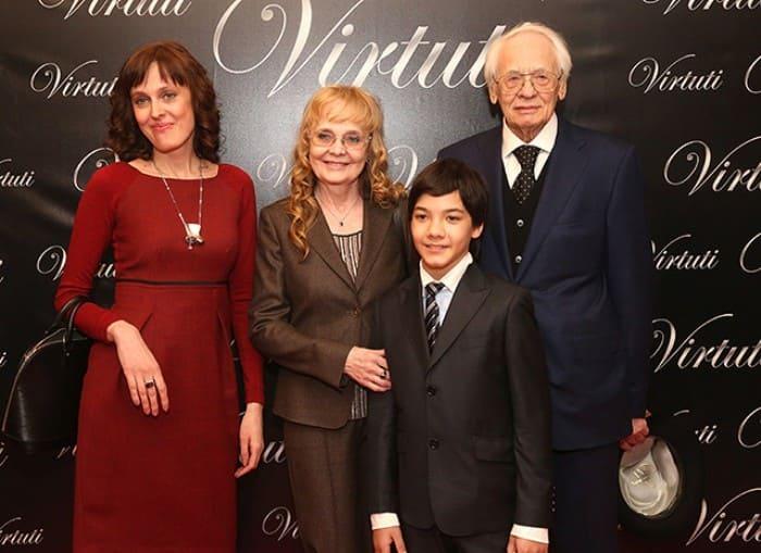 Актриса Наталья Белохвостикова с семьей | Фото: ru.hellomagazine.com