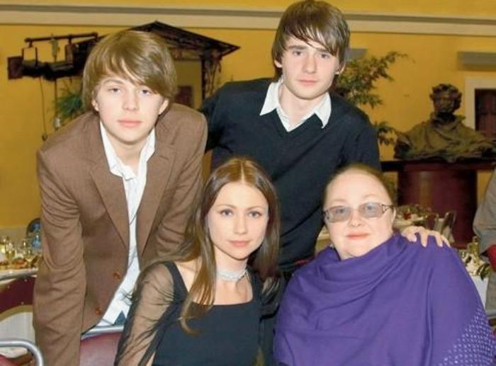 Актриса Екатерина Градова с дочерью Марией Мироновой, внуком и приемным сыном Алексеем (вверху справа) | Фото: lady.tut.by