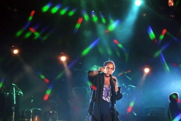 Певец на сцене | Фото: rg.ru
