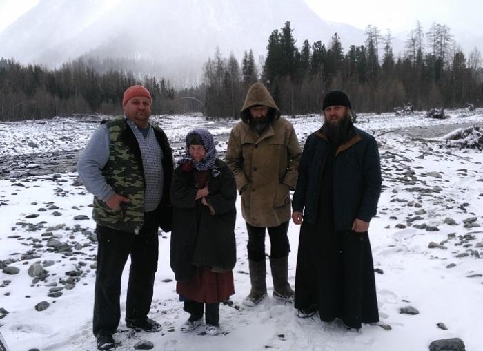 Николай Седов, Агафья, помощник Георгий и отец Владимир, весна 2017 | Фото: ruvera.ru