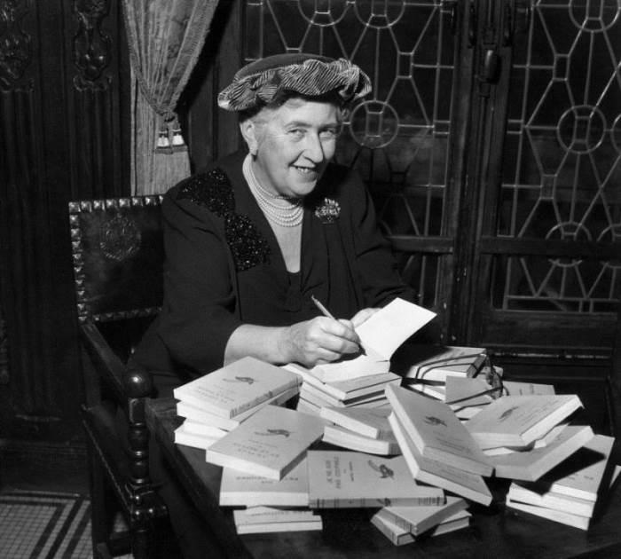 Агата Кристи подписывает свои книги