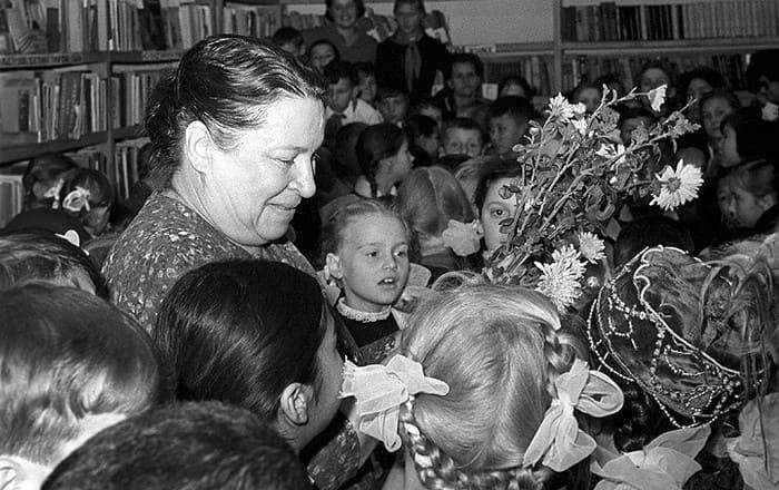 Писательница со своими любимыми читателями | Фото: tverdyi-znak.livejournal.com