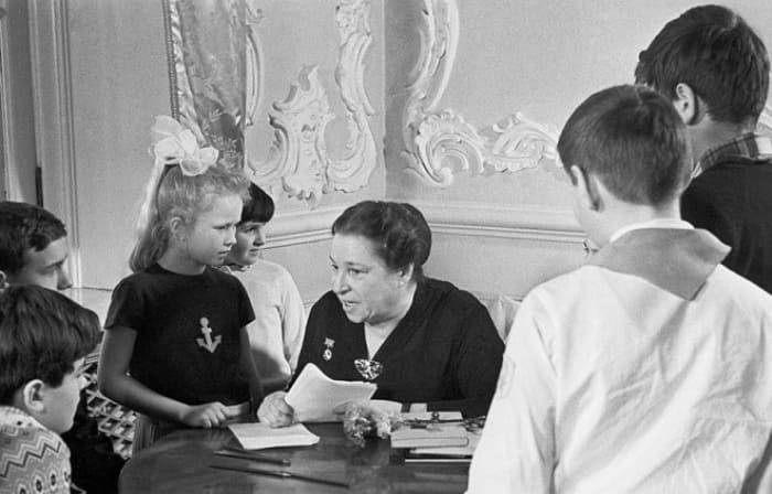 Писательница со своими любимыми читателями | Фото: 24smi.org