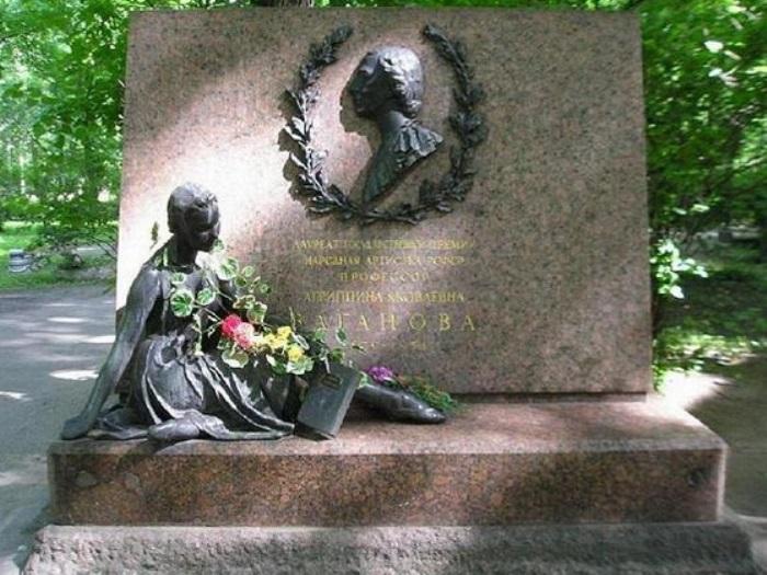 Могила Вагановой на Волковском кладбище | Фото: chtoby-pomnili.com