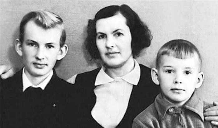 Александр (справа) с матерью и братом Владимиром | Фото: uznayvse.ru