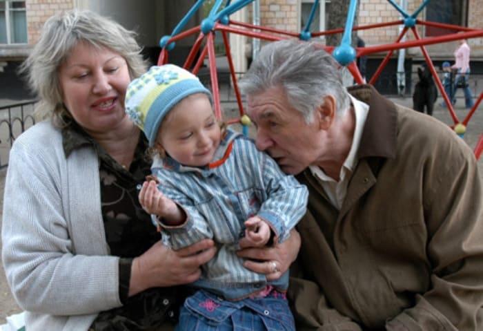 Александр Белявский с женой Людмилой и дочерью Сашей | Фото: eg.ru