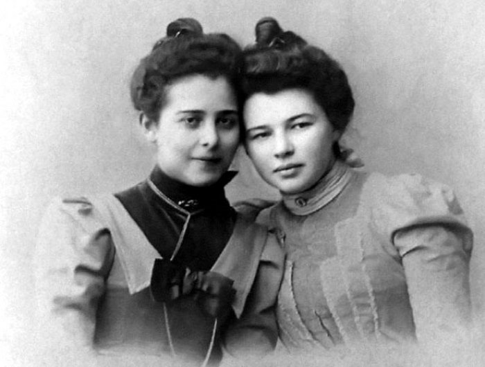 Люба Менделеева (справа) с подругой в гимназии | Фото: maskball.ru