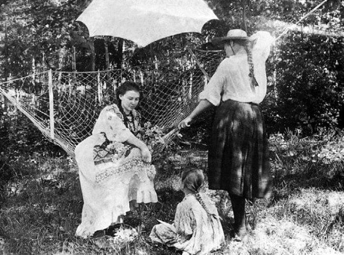 Любовь Менделеева в усадьбе Боблово | Фото: maskball.ru