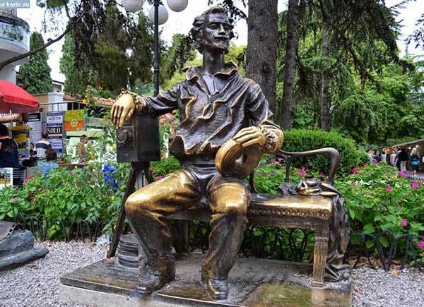 Памятник Александру Ханжонкову возле Ялтинской киностудии | Фото: comerartadvisory.com