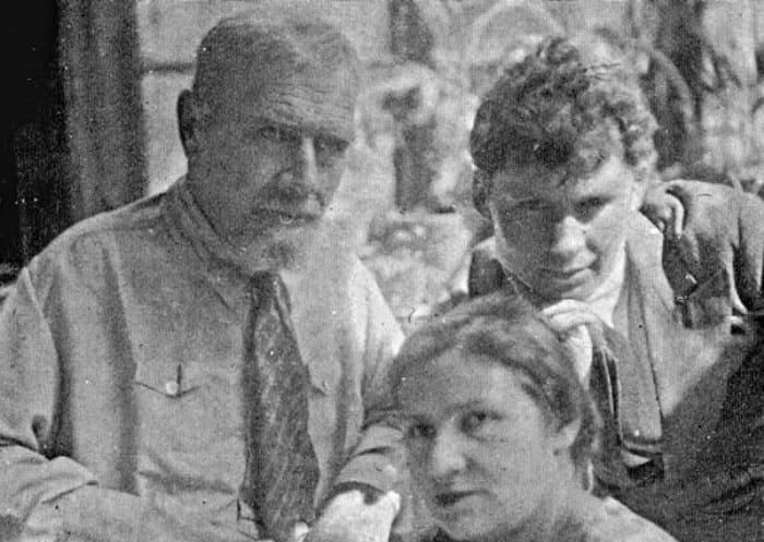 Кинопромышленник Ханжонков с дочерью и зятем, 1944 | Фото: persons-info.com