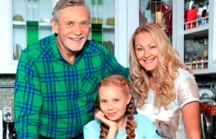 Актер со второй женой и дочерью Акилиной (Мирославой) | Фото: wellnesso.ru