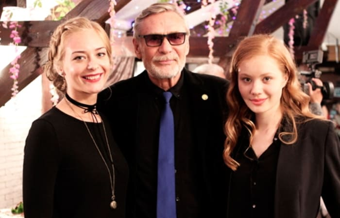 Актер с дочерьми | Фото: wellnesso.ru