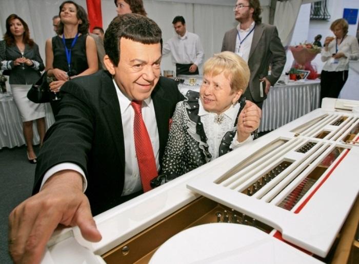 И. Кобзон с А. Пахмутовой | Фото: rg.ru