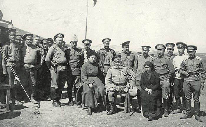 Александра Толстая среди служащих полевого госпиталя, 1915 | Фото: myslo.ru