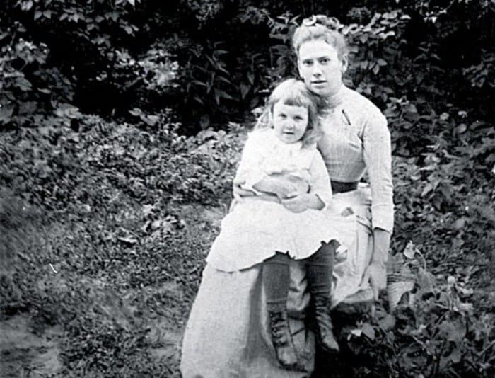 Александра Толстая со старшей сестрой Татьяной, 1888 | Фото: myslo.ru