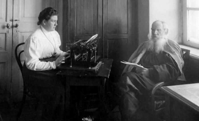 Лев Толстой диктует дочери Александре свое произведение. Ясная Поляна, 1909 | Фото: shkolazhizni.ru