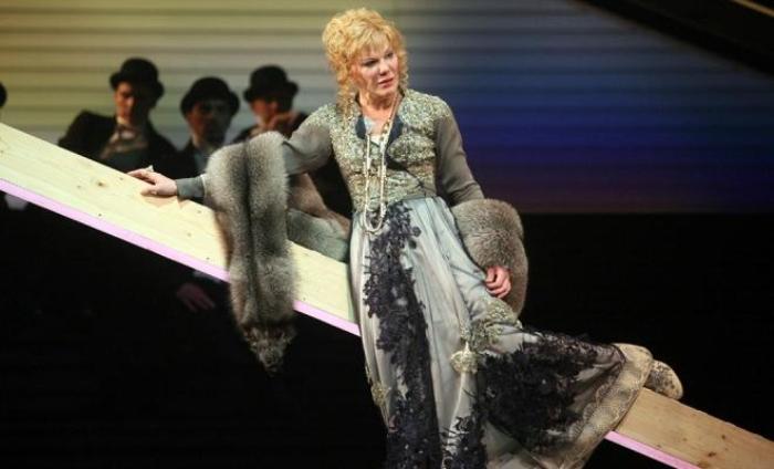 Александра Захарова в спектакле *Попрыгунья* | Фото: 24smi.org