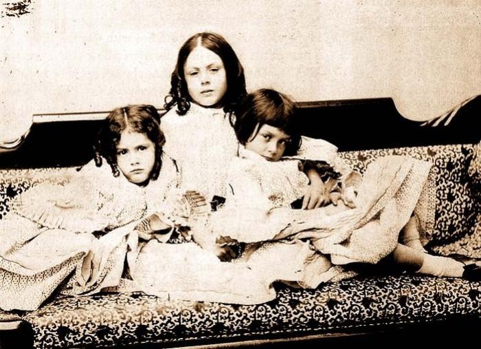 Алиса (справа) с сестрами, 1858 г. Фото Льюиса Кэрролла
