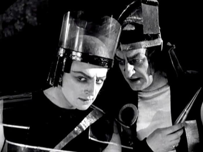 Юрий Завадский (слева) в роли Гора – хранителя энергии Марса | Фото: kino-teatr.ru
