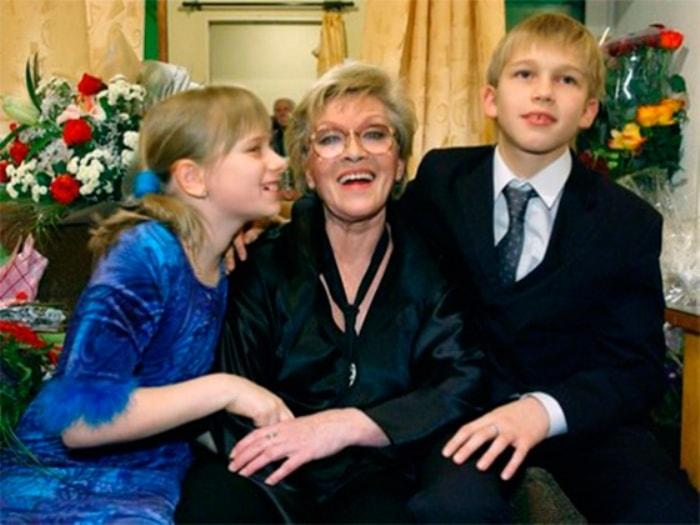 Алиса Фрейндлих с любимыми внуками   Фото: kinotime.org