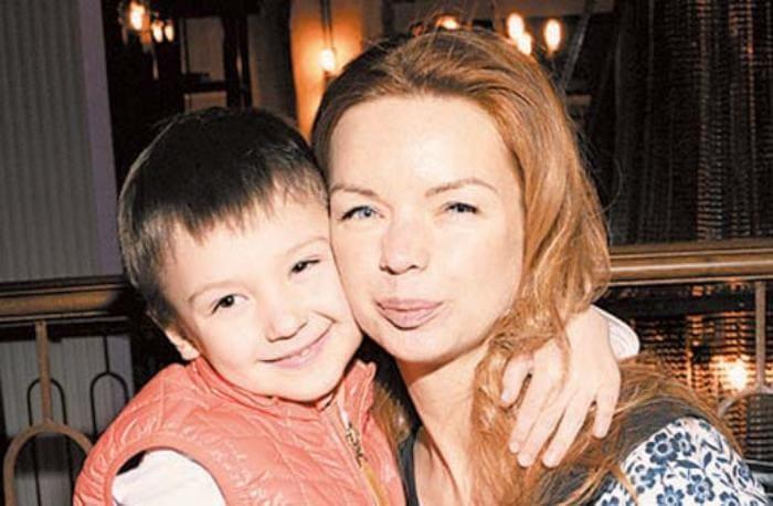 Актриса с сыном Алексеем   Фото: stuki-druki.com