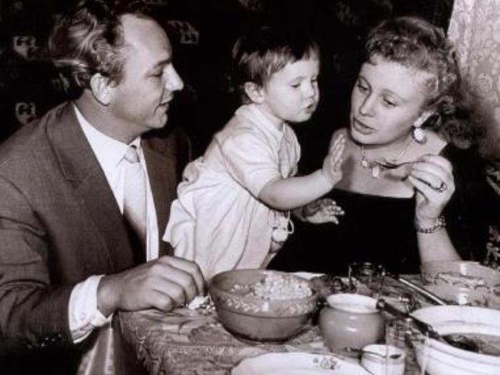 Алла Ларионова с мужем, актером Николаем Рыбниковым, и дочерью   Фото: biography-life.ru