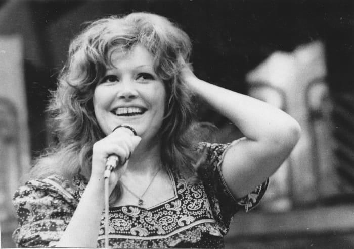 Певица во время выступления в Перми, 1977 | Фото: fan-club-alla.ru