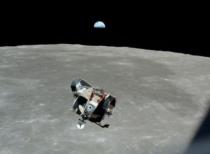 Лунный модуль оторвался от поверхности Луны | Фото: mosmonitor.ru