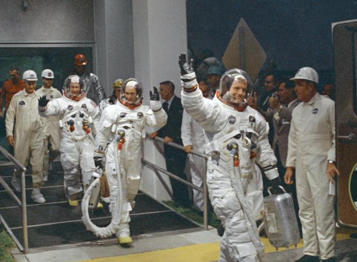Экипаж перед вылетом, 6 июля 1969. Нил Армстронг машет рукой | Фото: fresher.ru