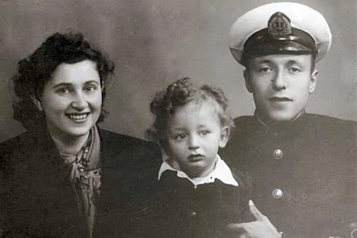 Анатолий с родителями | Фото: starhit.ru
