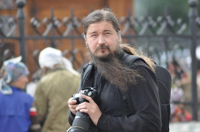 Священник-фотограф Андрей Рассанов | Фото : devyatka.ru