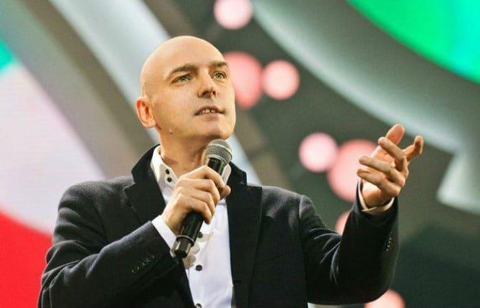 Певец на сцене | Фото: uznayvse.ru