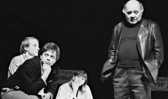 Андрей и Евгений Леоновы на сцене театра *Ленком* | Фото: uznayvse.ru