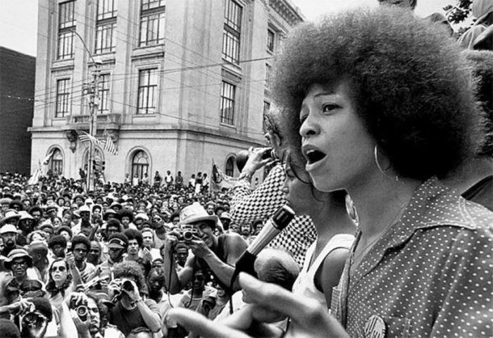 Анджела Дэвис на митинге | Фото: dl.backbook.me