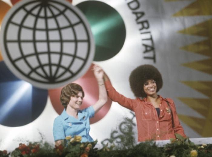 Валентина Терешкова и Анджела Дэвис на митинге солидарности с народами всех стран в Берлине, 1973   Фото: ria.ru