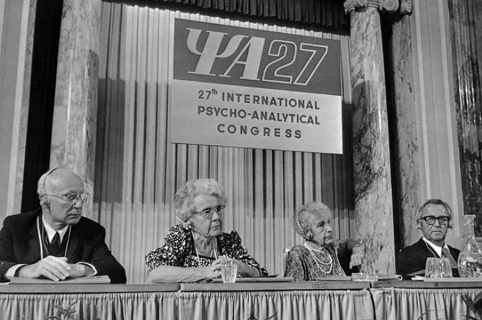 Анна Фрейд на психоаналитическом конгрессе (третья слева) | Фото: aif.ru