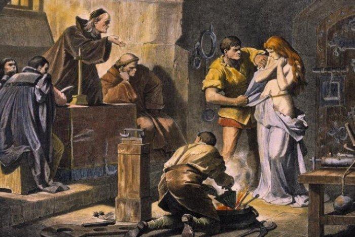 Пытки ведьмы: служитель готовит к пытке. Гравюра по зарисовкам Ф. Пилоти, XIX в. | Фото: nstarikov.ru