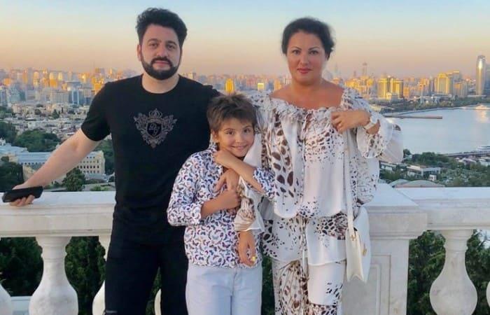 Певица с сыном и мужем   Фото: starhit.ru