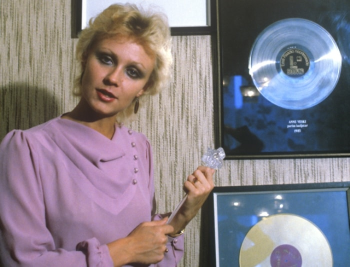 Заслуженная артистка Эстонской ССР Анне Вески со своими первыми дисками, 1985 | Фото: aif.ru
