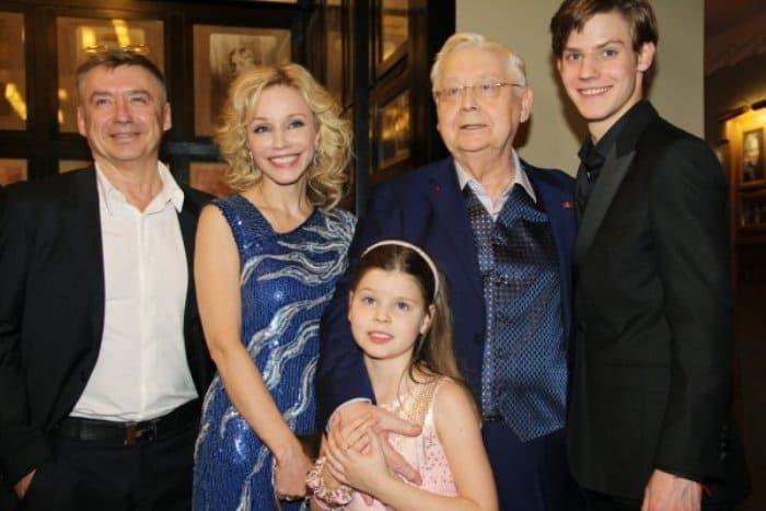 Антон Табаков с семьей отца | Фото: vladtime.ru