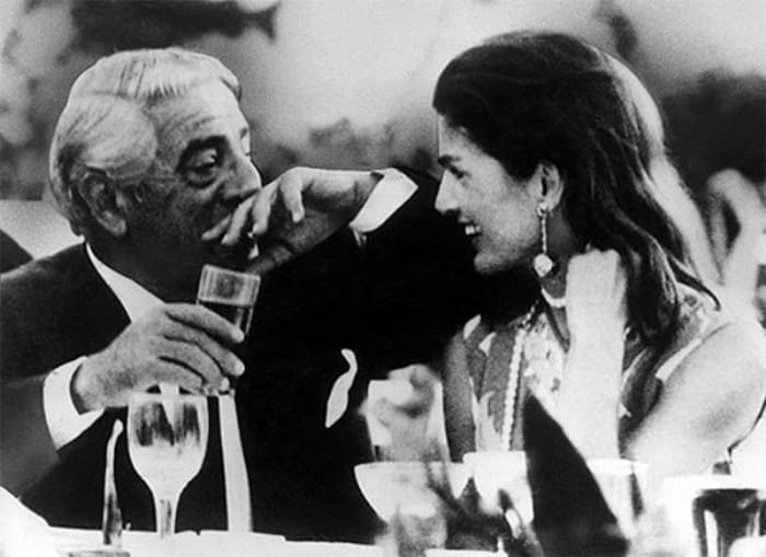 Миллиардер с его второй женой Жаклин Кеннеди | Фото: ilovegreece.ru