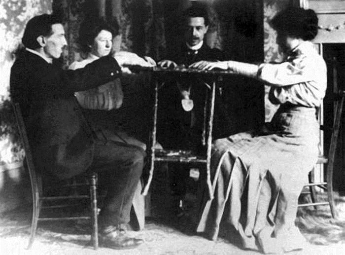 Спиритический сеанс в 1890 г. | Фото: jsulib.ru